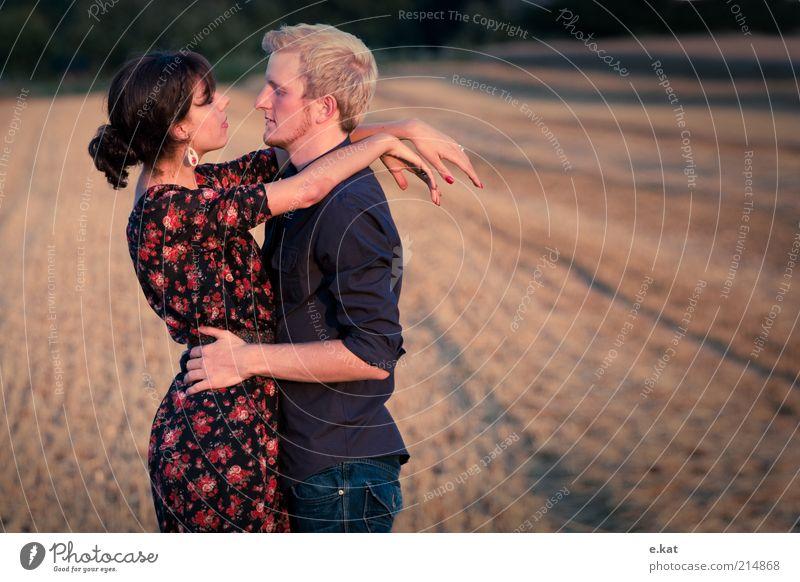 zwe.i Mensch Natur Jugendliche Sommer Liebe Leben Gefühle Glück Paar Wärme Freundschaft Zusammensein Feld blond Erwachsene