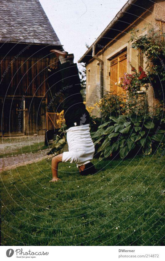Die Welt steht Kopf! Mensch Mann Haus Erwachsene Spielen Garten Gebäude Gesundheit Fassade maskulin stehen Lifestyle Dorf 45-60 Jahre Fitness Bauernhof