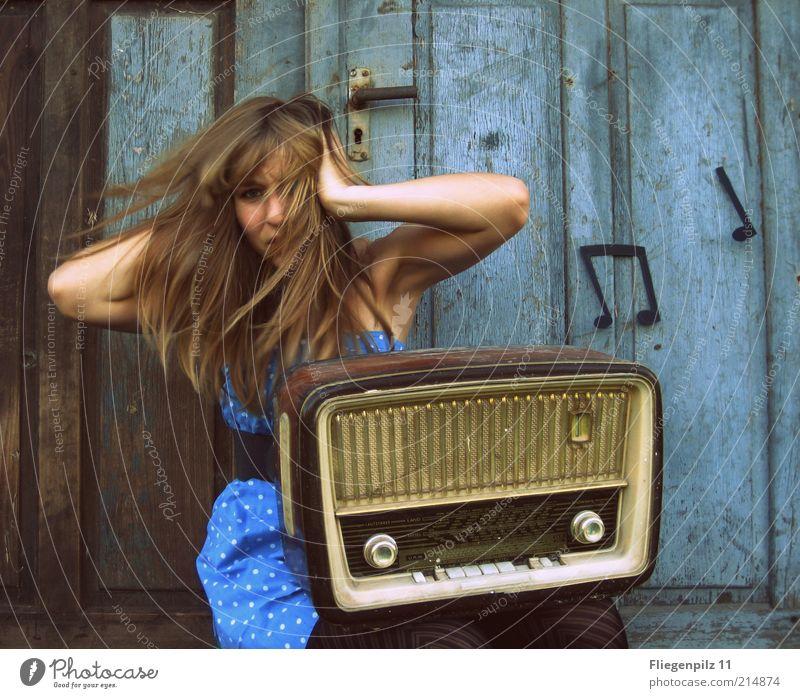 No Rock but Roll Stil Freude Lautsprecher Radiogerät feminin Junge Frau Jugendliche Haare & Frisuren 1 Mensch Musik Musik hören Tor Tür Kleid Strumpfhose blond