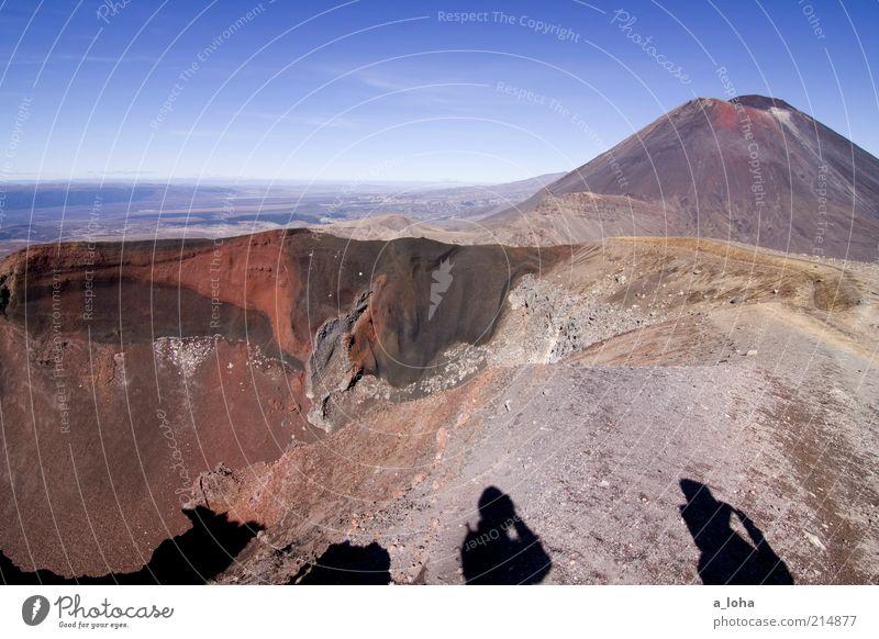 red crater Abenteuer Ferne wandern 2 Mensch Landschaft Urelemente Himmel Felsen Berge u. Gebirge Vulkan Vulkankrater exotisch gigantisch hoch rot Kraft Fernweh