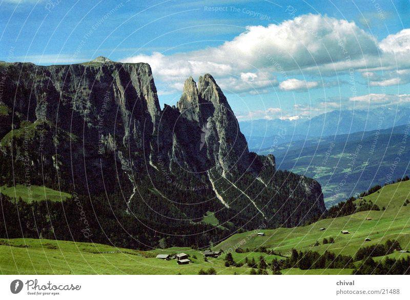 Seiseralm Südtirol Seiser Alm Hochebene Wiese Wolken körnig Berge u. Gebirge Alpen Santerspitze Felsen Spitze Aussicht Ferne Korn