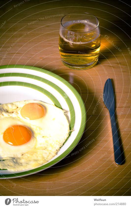 Spiegeleier und Bier einfach und lecker alt ruhig dunkel braun Glas Lebensmittel Armut Ernährung gut trinken Appetit & Hunger Teller Ei