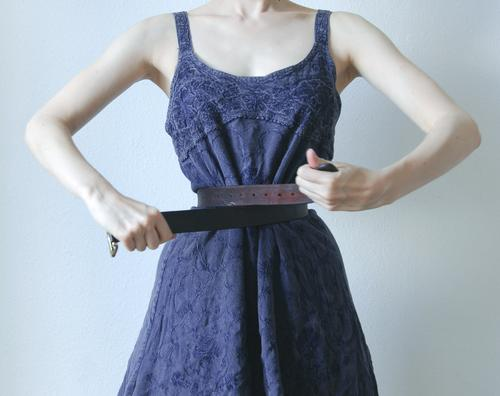 Schnürriemen schön feminin Jugendliche Leben Taille Kleid Stoff Gürtel Diät dünn blau violett weiß eitel Kontrolle Wespentaille binden unnatürlich