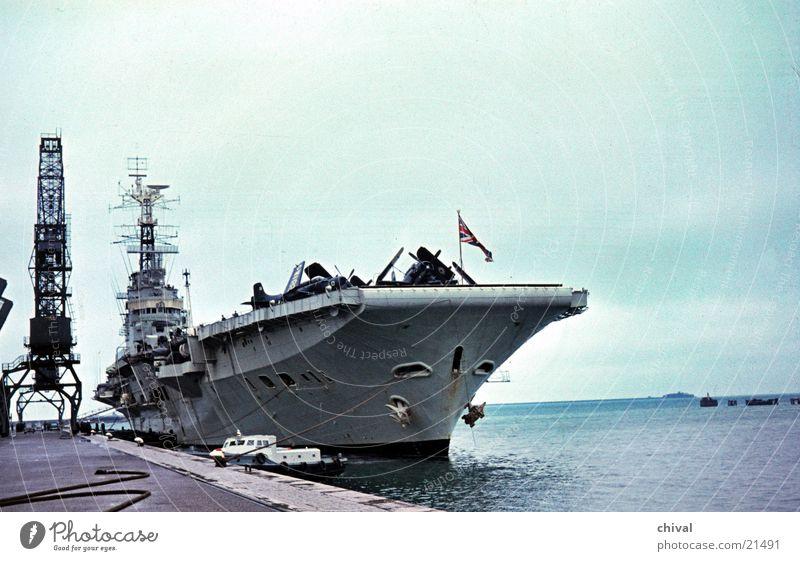 Flugzeugträger Wasserfahrzeug Kriegsschiffe Kran Mole Meer Europa Hafen Sightseeing