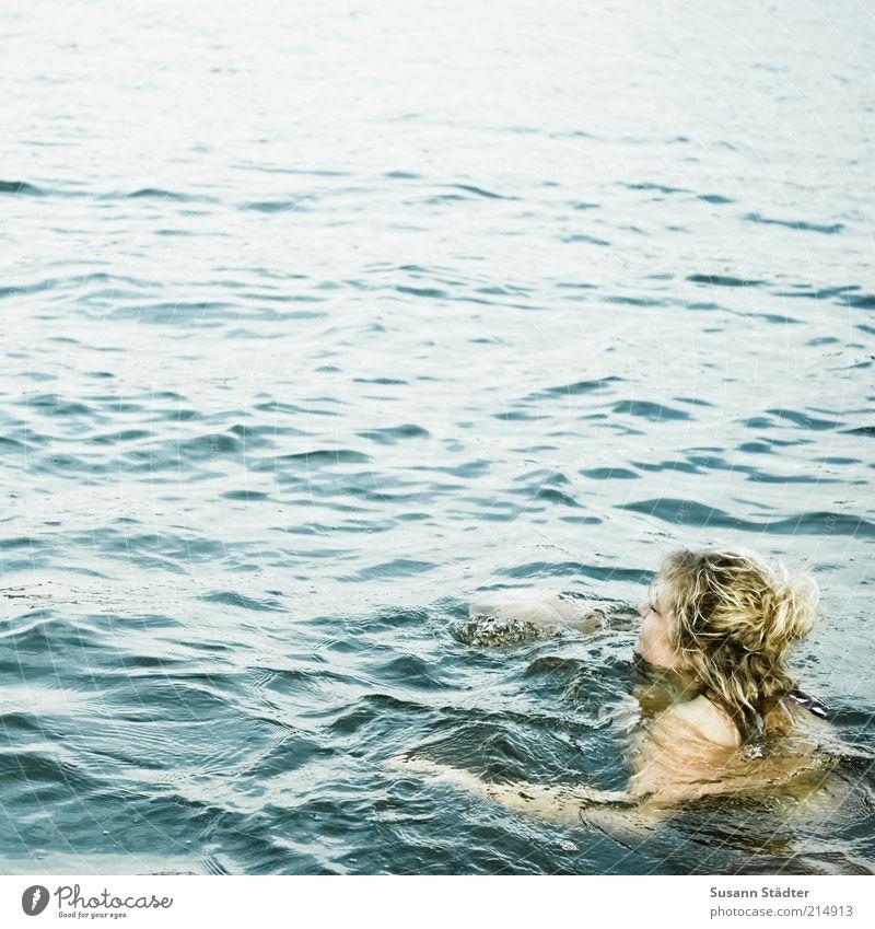 500 | Schwimmzüge feminin 1 Mensch Umwelt Urelemente Wasser Sommer Schönes Wetter Wellen Wasseroberfläche Farbfoto Außenaufnahme Tag Schwimmen & Baden