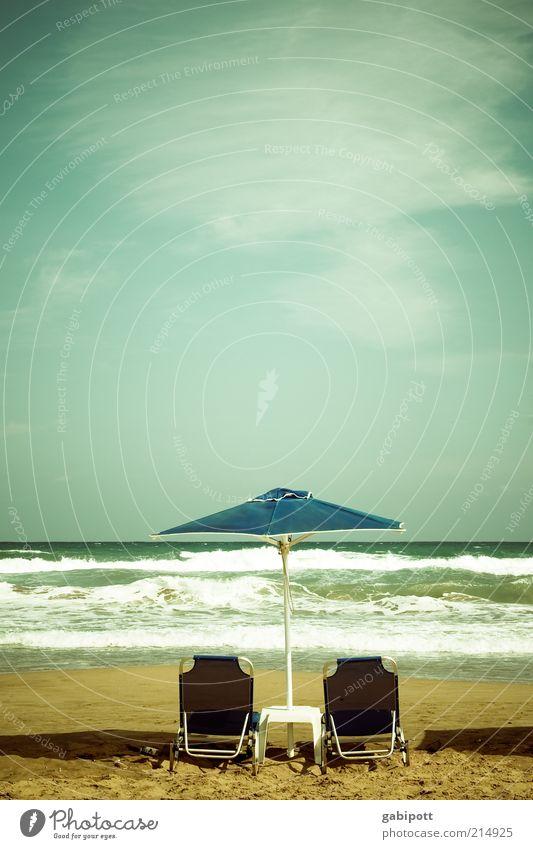 sommer sonne sonnenschirm Meer blau Sommer Strand Ferien & Urlaub & Reisen Einsamkeit Erholung Wellen frei Wellness Freizeit & Hobby heiß Sonnenschirm genießen Sonnenbad Fernweh
