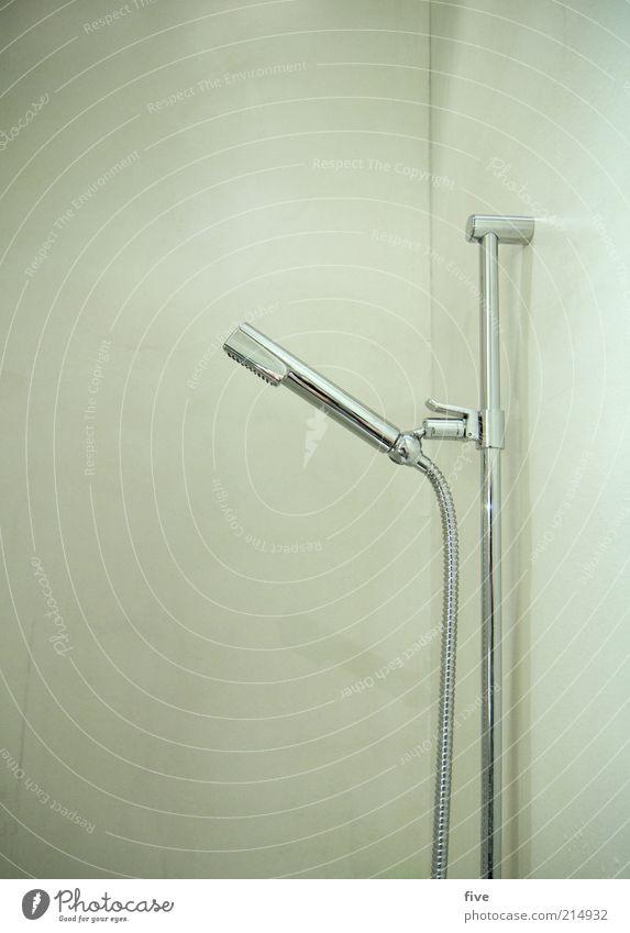 ab unter die dusche Bad Dusche (Installation) Duschkopf Duschschlauch Mauer Wand einfach kalt nass Farbfoto Innenaufnahme Kunstlicht glänzend silber modern