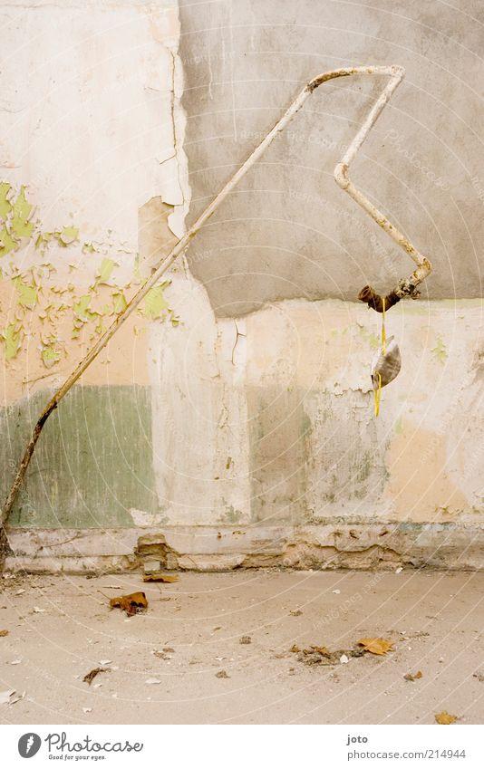 bitte lass mich nicht hängen alt Einsamkeit ruhig Haus Wand Gebäude Mauer Linie hell Fassade dreckig Schnur Wandel & Veränderung festhalten Bauwerk Zusammenhalt