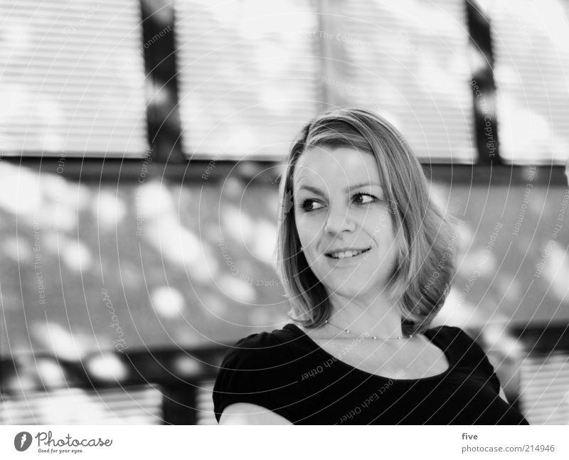 verschnaufpause Frau Mensch schön Freude Gesicht feminin Gefühle Kopf Glück Haare & Frisuren Erwachsene Zufriedenheit Fröhlichkeit natürlich Porträt Lächeln