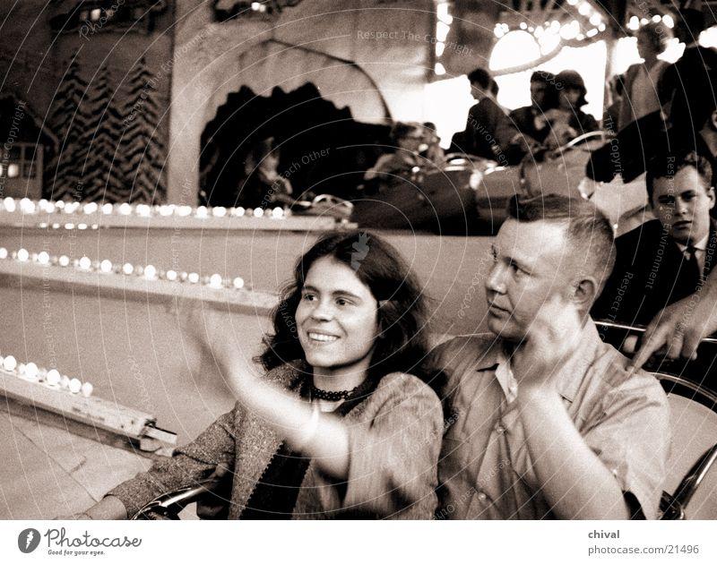 Neue Runde Freude Menschengruppe lachen Paar rund Jahrmarkt Begeisterung