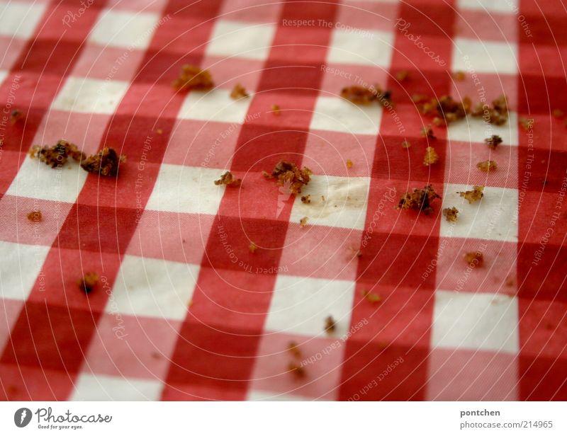 Bröselliesel weiß rot braun Lebensmittel dreckig Ernährung süß retro nah kariert Rest Dessert Tischwäsche Klischee Krümel Serviette