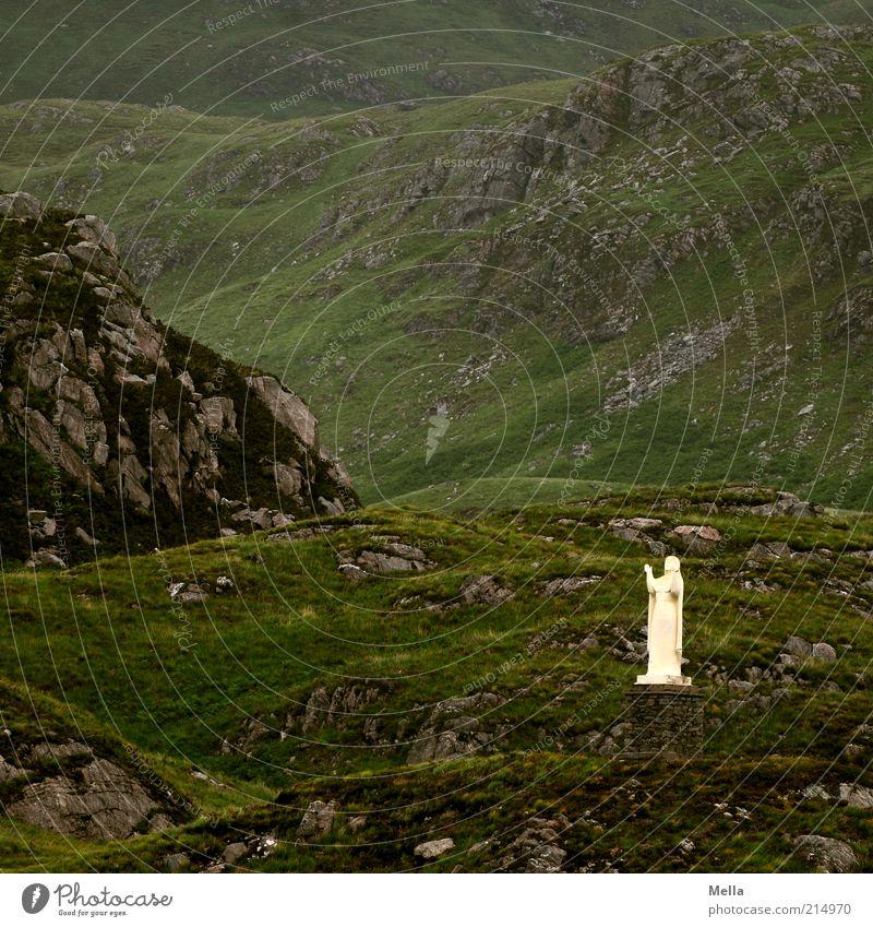 Empfängnis Umwelt Natur Landschaft Hügel Felsen Berge u. Gebirge Statue stehen Kitsch grün Vorfreude Hoffnung Glaube Einsamkeit Erwartung Religion & Glaube