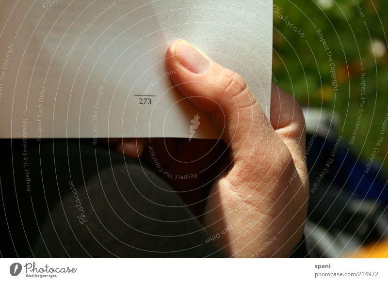 fast fertig! Mensch Hand Erwachsene Erholung Wiese Buch Finger Papier lesen Bildung Rasen festhalten Buchseite Fingernagel Umwelt Ziffern & Zahlen