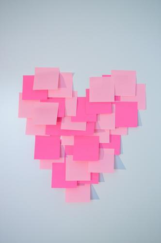 Ich denke an Dich Valentinstag Schreibwaren Papier Zettel Zeichen Herz Denken Liebe rosa weiß Glück loyal Verliebtheit Treue Romantik kleben erinnern Farbfoto