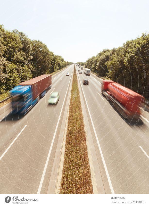 Auf Achse Ferien & Urlaub & Reisen Freiheit Sommer Fernfahrer Autobahn Güterverkehr & Logistik Wolkenloser Himmel Wald Verkehrswege Personenverkehr