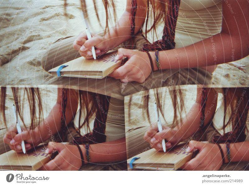 ton in ton Junge Frau Sand Arme Buch schreiben Medien brünett Irritation langhaarig Bildausschnitt Armband Mensch