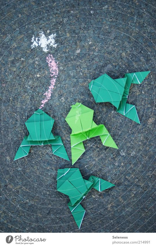 Festessen Freizeit & Hobby Spielen Basteln Origami Straße Tier Fliege Frosch füttern Kreide Zunge Farbfoto Außenaufnahme Ernährung Asphalt grün Menschenleer