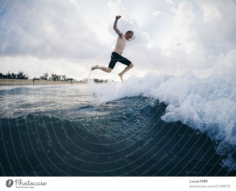Fighting the elements Mensch Natur Jugendliche Mann Sommer Wasser Junger Mann Meer Strand 18-30 Jahre Erwachsene Küste Sport Schwimmen & Baden Freizeit & Hobby