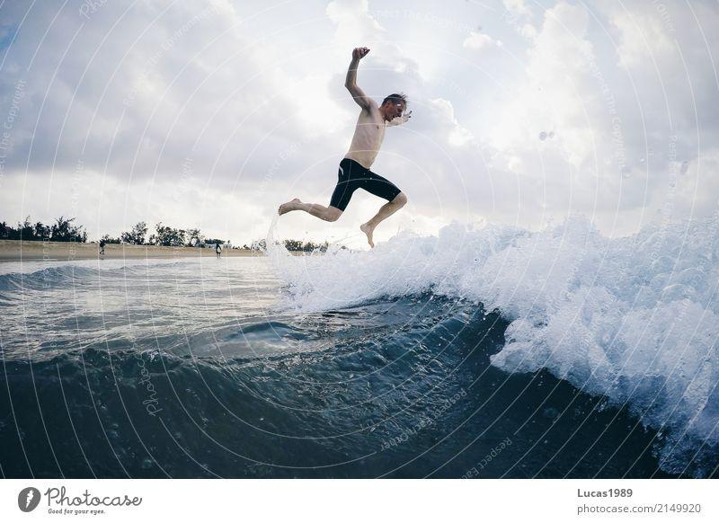 Gegen die Welle Mensch Jugendliche Mann Junger Mann Meer Freude Strand 18-30 Jahre Erwachsene Gefühle Küste Sport Glück Schwimmen & Baden springen maskulin