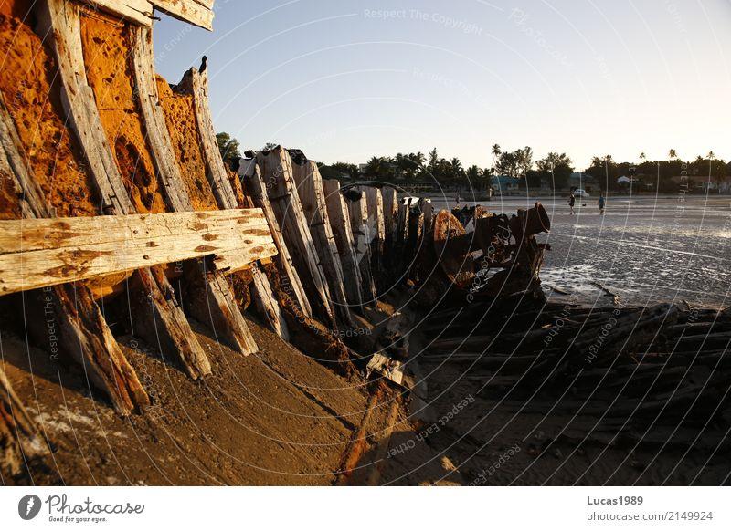 Schiffswrack bei Ebbe Sand Wasser Schönes Wetter Wellen Küste Strand Meer Insel Mosambik Dorf Fischerdorf Hafenstadt Verkehr Schifffahrt Fischerboot Motorboot