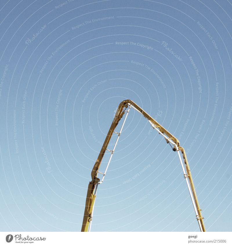 Bauboom Maschine Baumaschine Himmel Wolkenloser Himmel bauen lang blau gelb Autobetonpumpe Pumpe Betonpumpe Farbfoto Außenaufnahme Menschenleer