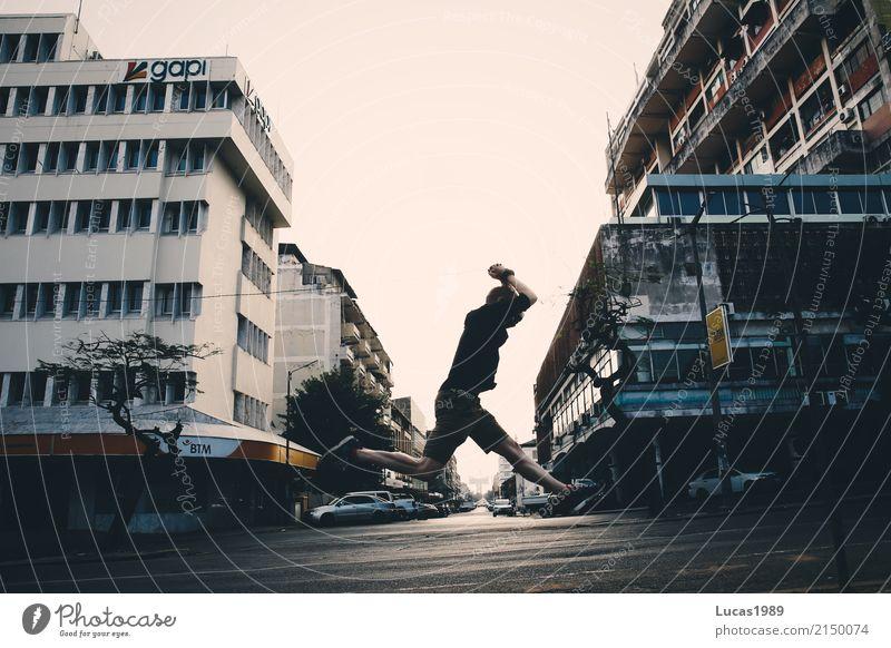 urban jumping Mensch Jugendliche Mann Stadt Junger Mann Haus Freude 18-30 Jahre Erwachsene Straße Sport Glück Fassade springen Zufriedenheit maskulin