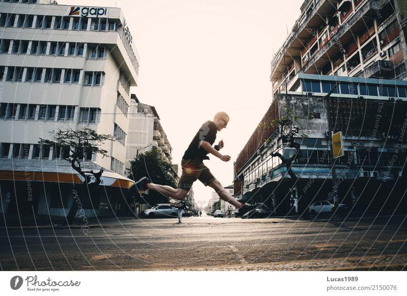 Jumping Mensch Jugendliche Mann Stadt Junger Mann Haus Freude 18-30 Jahre Erwachsene Straße Sport Glück springen maskulin Hochhaus Kraft