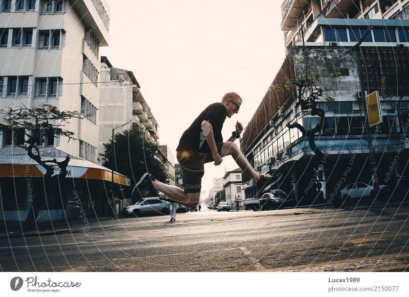 Jump high Mensch Jugendliche Mann Stadt Junger Mann Haus Freude 18-30 Jahre Erwachsene Architektur Straße außergewöhnlich springen maskulin Hochhaus Kraft