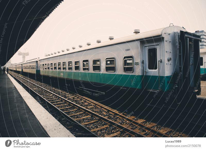 Wagon im Bahnhof Maputo alt weiß grau Verkehr Perspektive warten Eisenbahn türkis Verkehrswege Gleise Personenverkehr Verkehrsmittel Bahnsteig Bahnfahren