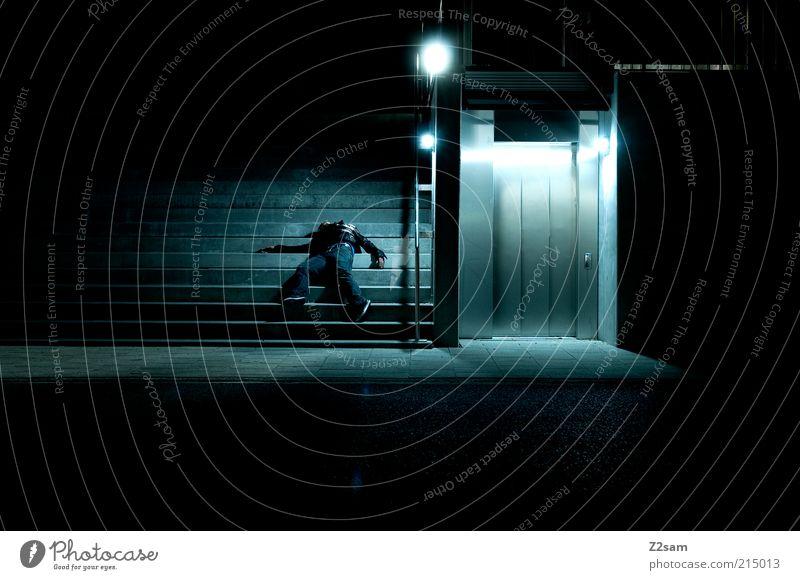 BURN OUT Mensch maskulin Architektur fallen dunkel blau erschlagen gefallen Abend Nacht Kunstlicht Kontrast Straßenbeleuchtung Fußgänger Unfallgefahr