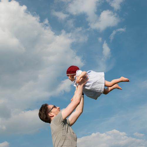 Höher... Himmel Ferien & Urlaub & Reisen Sommer Freude Mädchen Erwachsene Liebe Bewegung lachen Glück Freiheit fliegen Ausflug Zufriedenheit Kindheit Idylle
