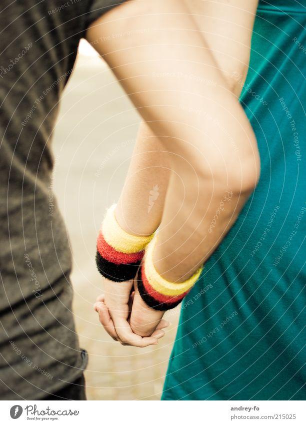 Hand in Hand Mensch Hand rot Liebe schwarz gelb Gefühle Freundschaft Zusammensein Feste & Feiern Arme Deutschland Vertrauen Idylle berühren Freundlichkeit