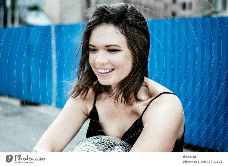 Fröhliches Lächeln von Paula Jugendliche Junge Frau Freude Wärme Leben Lifestyle Gefühle feminin Stil lachen Freiheit Feste & Feiern Freizeit & Hobby wild
