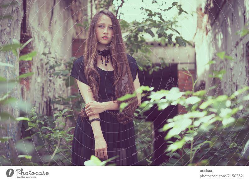 Portrait eines schönen jungen traurigen Goth Mädchens Mensch Frau Natur Jugendliche Sommer Erholung Einsamkeit dunkel Gesicht Erwachsene Straße Lifestyle