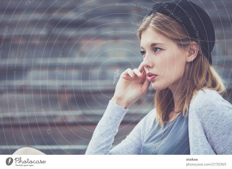 Portrait eines schönen jungen Mädchens Mensch Frau Natur Jugendliche Sommer weiß Sonne Erholung Freude Gesicht Erwachsene Lifestyle Gefühle natürlich Glück