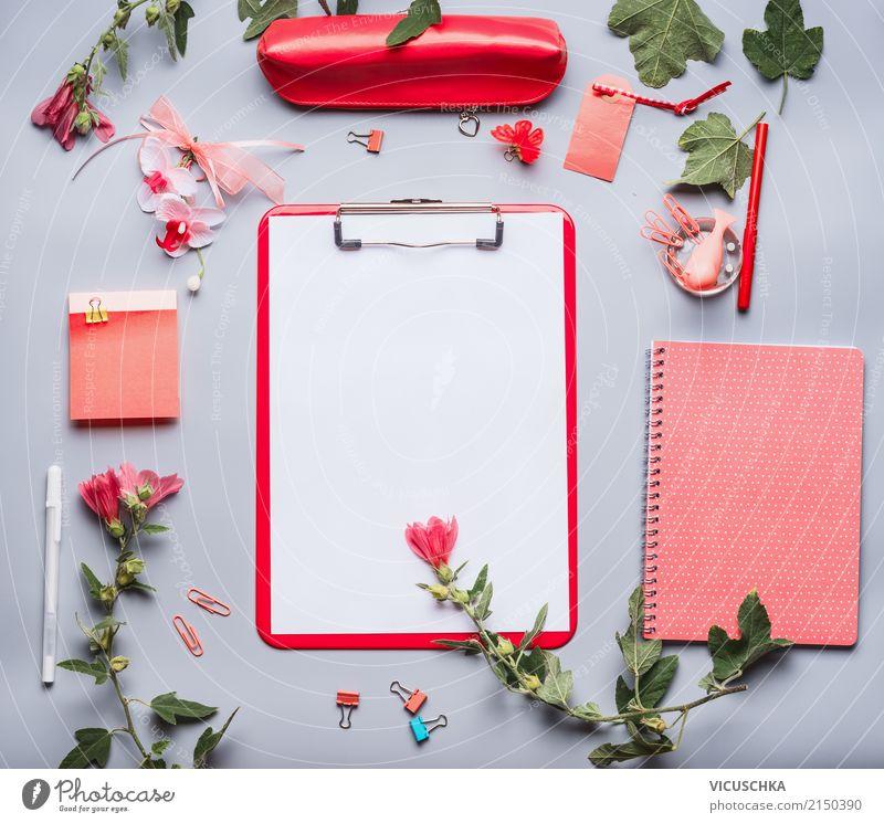 Weiblicher Büro Schreibtisch mit Zubehör und Blumen rot Lifestyle feminin Stil Business Schule Design Arbeit & Erwerbstätigkeit Freizeit & Hobby