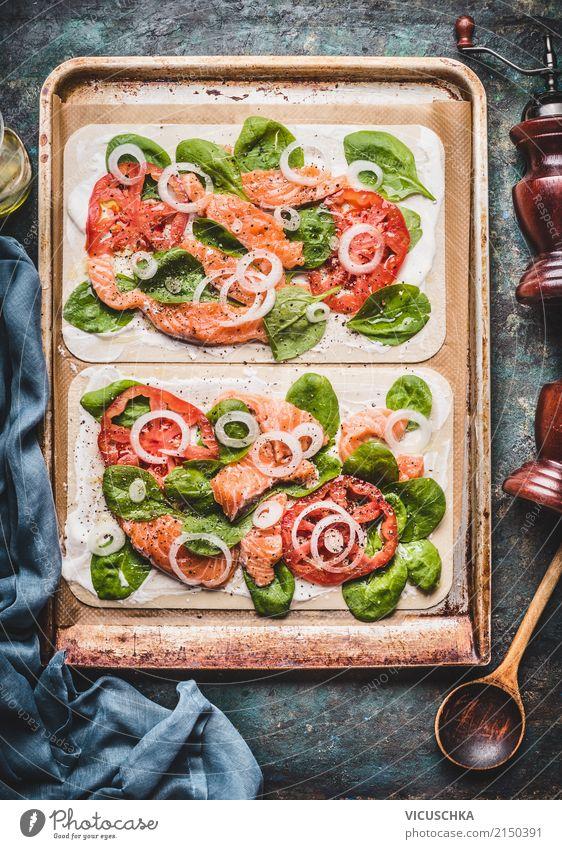 Flammkuchen mit Lachs und Spinat Lebensmittel Fisch Gemüse Teigwaren Backwaren Ernährung Abendessen Bioprodukte Vegetarische Ernährung Diät Geschirr Stil Design