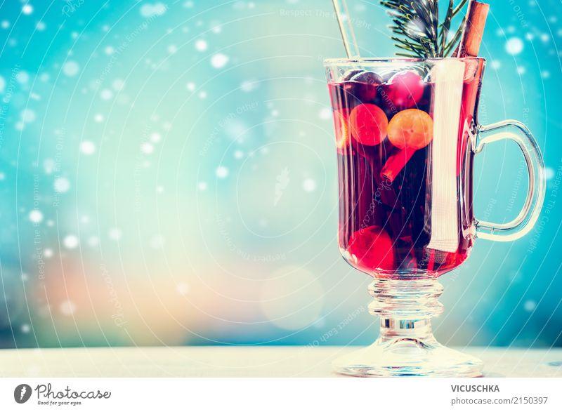 Glühwein mit Gewürzen am Wintertag Weihnachten & Advent Hintergrundbild Schnee Stil Feste & Feiern Design Textfreiraum Glas Tisch Getränk Tradition Tasse