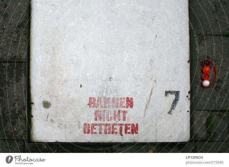 Bahn 7 Freude Freizeit & Hobby Golf Stein Zeichen Schriftzeichen Ziffern & Zahlen Spielen grau rot Bewegung Minigolf Farbfoto Außenaufnahme Menschenleer