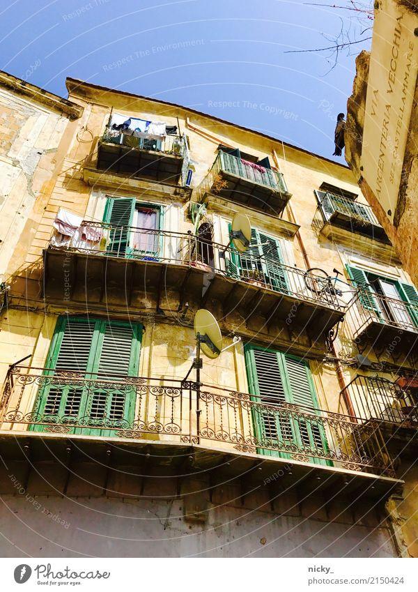 Bella Sizilia Palermo Sizilien Stadt Altstadt Haus Platz Bauwerk Gebäude Architektur Mauer Wand Fassade Balkon Fenster Tür Dach Dachrinne authentisch eckig heiß
