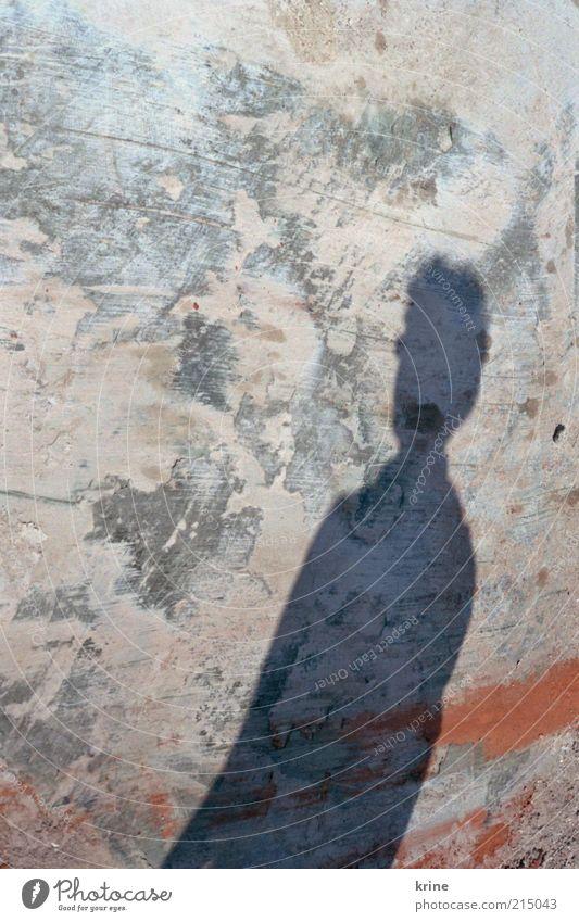 shadow maskulin 1 Mensch Mauer Wand Fassade kurzhaarig Stein Beton stehen warten Einsamkeit Erwartung einzigartig Farbe Putzfassade Schmiererei Farbverlauf