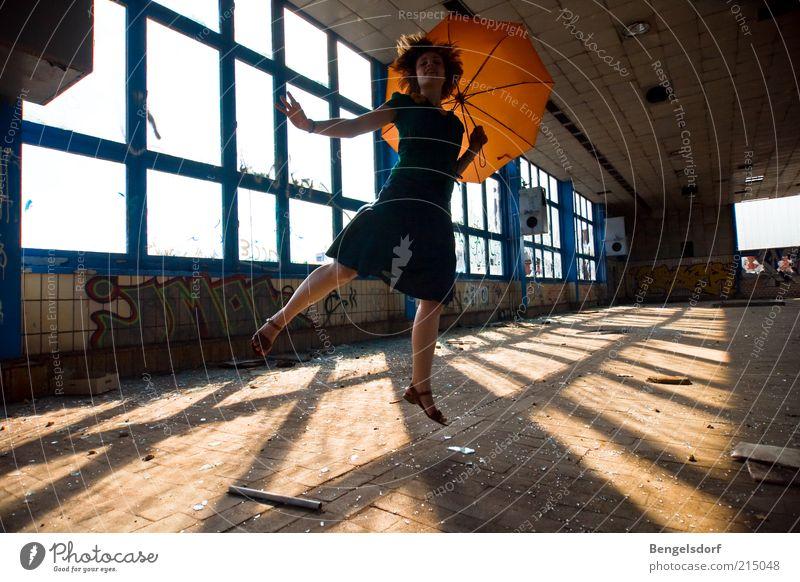 sommerschluss Mensch Jugendliche Freude Haus Leben Architektur Bewegung Glück springen Stil Gebäude Mode Orange fliegen Energie Lifestyle