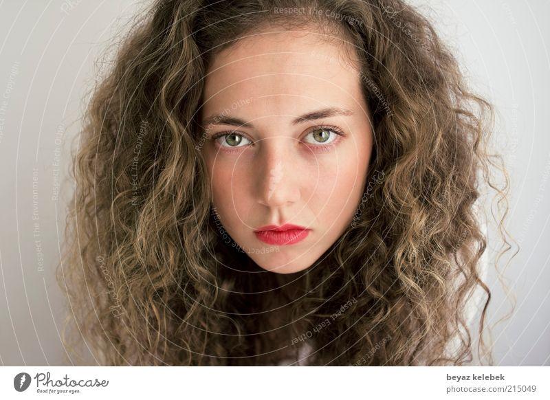 großes, hübsches Gesicht feminin Junge Frau Jugendliche 18-30 Jahre Erwachsene Haare & Frisuren brünett Locken Blick ästhetisch schön trotzig Starrer Blick