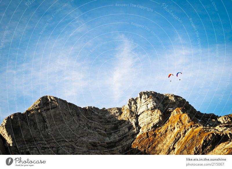 unendliche Freiheit Mensch Himmel Sommer Wolken Ferne Leben Herbst Berge u. Gebirge Stein Paar Landschaft Luft Freundschaft Zusammensein fliegen
