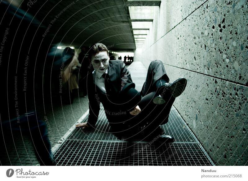 Tor zur Unterwelt Mensch Mann dunkel Gefühle grau Wege & Pfade Stimmung Erwachsene maskulin Beton sitzen bedrohlich Wandel & Veränderung außergewöhnlich gruselig Anzug