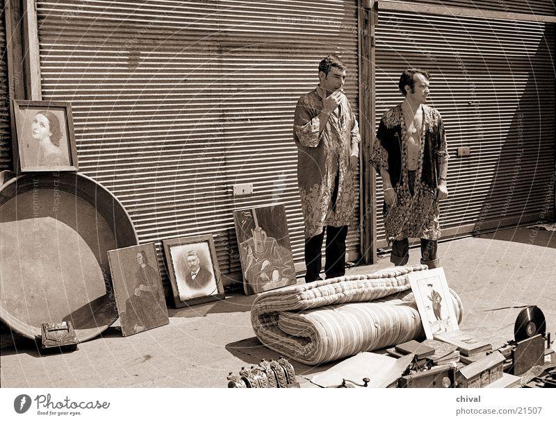 Flohmarkt Mann Europa retro Müll Bild Paris Langeweile Erwartung verkaufen Garage Markt Umhang Frankreich Flohmarkt Trödel Luftmatratze