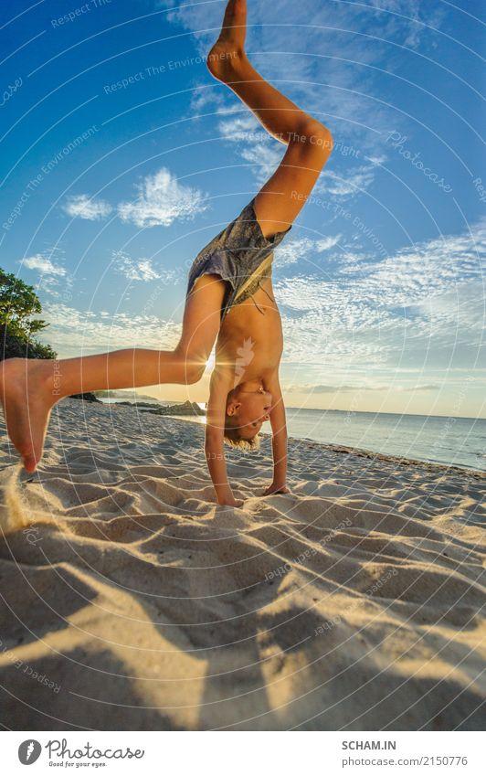 Junge, der Handstand auf dem sandigen Strand macht Mensch Kind Himmel Sommer Wasser Sonne Landschaft Wolken Freude Wärme Beine Lifestyle Bewegung Küste Sport