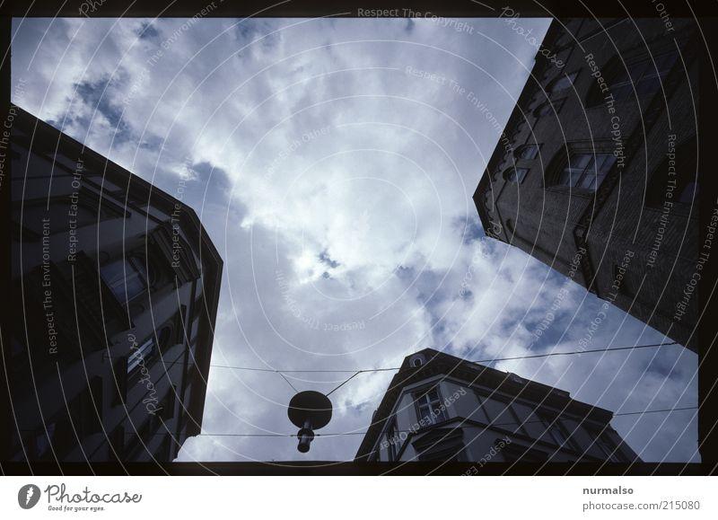 3 Ecken hat . . . Lifestyle Umwelt Himmel Wolken Sommer Klima Wetter Stadtzentrum Haus Architektur Dach Verkehrswege Straßenkreuzung dunkel eckig trist