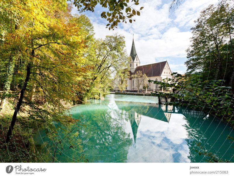 Blautopf Natur schön alt Himmel Baum grün blau ruhig Herbst Kirche Dorf Idylle Schönes Wetter Teich Deutschland mehrfarbig