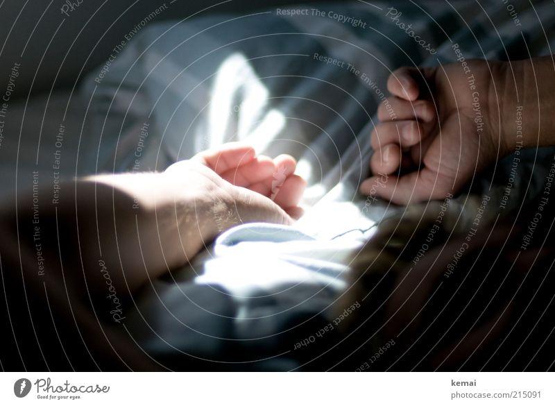Hände hoch Erholung ruhig Häusliches Leben Wohnung Bett Schlafzimmer Mensch maskulin Mann Erwachsene Arme Hand Finger 1 45-60 Jahre liegen hell gemütlich